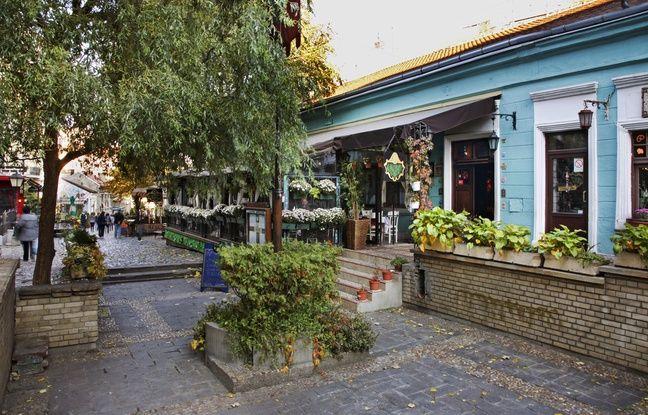 Grâce à ses petites rues pavées et aux nombreuses œuvres d'art exposées, le quartier de Skadarlija a été rebaptisé « le Montmartre de Belgrade ».