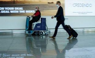 Un employé de l'aéroport de Bruxelles nettoie le sol, le 15 juin 2020 après une longue fermeture de l'aéroport.