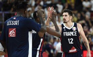 Nando De Colo (à droite) avec Mathias Lessort et Frank Ntilikina après leur victoire sur l'équipe américaine de basket en quart de finale de la Coupe du monde de basket, le 11 septembre 2019 à  Dongguan en Chine