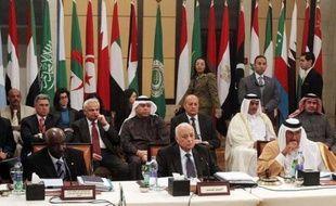 """La Syrie a annoncé jeudi que son secteur pétrolier avait subi des pertes de plus de deux milliards en raison des sanctions internationales, au moment où le chef des observateurs arabes s'apprêtait à remettre à la Ligue arabe un rapport """"décisif""""."""