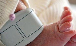 Le bracelet se place à la cheville ou au poignet du bébé.