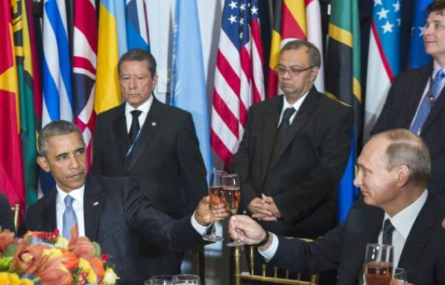 Le prsident amricain Barack Obama trinque avec son homologue russe Vladimir Poutine lors d'un djeuner organis standard le secrtaire gnral de l'ONU, le 28 septembre 2015 au sige new-yorkais de l'organisation