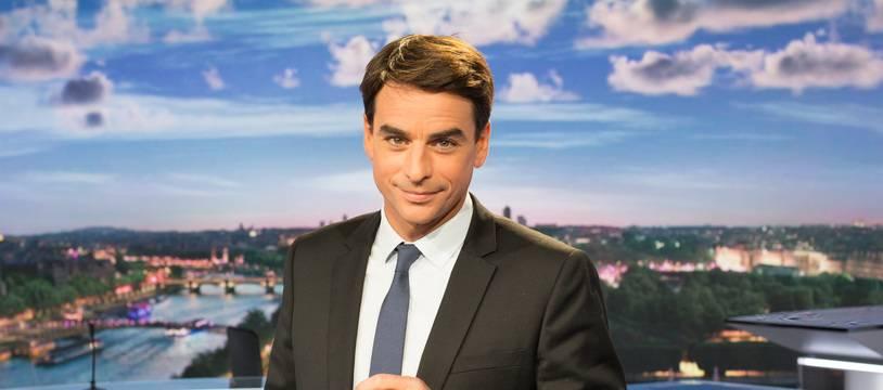 Julian Bugier présente le JT de 13 heures sur France 2.