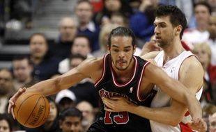 Le pivot français des Chicago Bulls, Joakim Noah (à g.), lors d'un match de NBA face à Toronto, le 11 avril 2010.