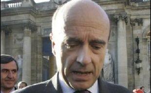 """Le maire UMP de Bordeaux Hugues Martin a consulté sa majorité municipale sur un éventuel retour """"anticipé"""" en politique de son prédécesseur, l'ancien Premier ministre Alain Juppé, en tant que maire de la ville, indique mercredi le journal Sud Ouest."""