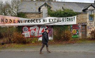 Une banderole sur une maison abandonnée à l'entrée de la ZAD de Notre-Dame-des-Landes.