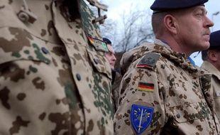 Des militaires d'Eurocorps, lors d'une cérémonie organisée en hommage aux 150 soldats partis en Afghanistan, le 4 janvier 2012 àStrasbourg.