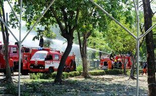 Des pompiers tentent d'éteindre un incendie dans un dépôt de munitions d'armes à Manille, aux Philippines, le 7 mai 2014