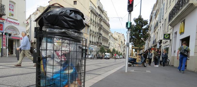 Marseille, le 30 septembre 2015, des poubelles dans la rue.