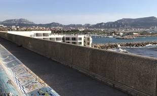 Le plus long banc du monde, celui de la Corniche à Marseille, se refait une beauté grâce à Marseille mosaïque.