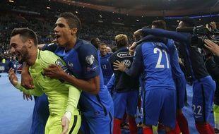 Hugo Lloris et Raphaël Varane fêtent la qualification de la France à la Coupe du monde, le 10 octobre 2017 au Stade de France.