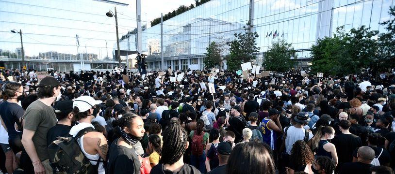 Plusieurs miliers de personnes se sont rassemblées devant le tribunal de Paris pour dénoncer les violences policières