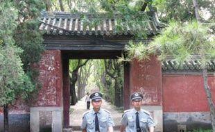 Deux gardes arpentent les allées du parc Ritan, en plein cœur de Pékin, l'un des trois endroits où le gouvernement chinois avait annoncé cet été que les manifestations seraient autorisées.