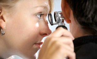 Illustration d'une femme médecin généraliste auscultant l'oreille d'un patient.