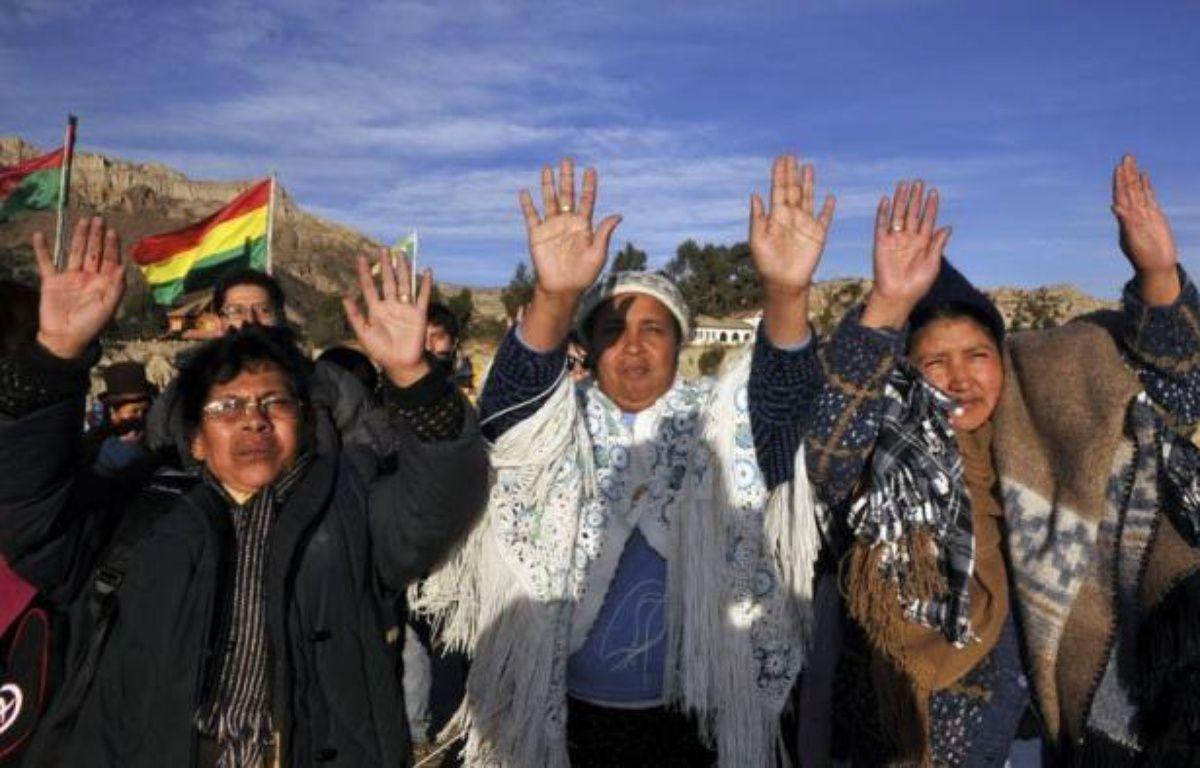 Bras levés, paumes ouvertes vers le ciel, les Indiens aymaras, première ethnie de Bolivie, ont célébré jeudi la nouvelle année de leur calendrier millénaire dans des sites sacrés, dont la Vallée de la Lune près de La Paz, au spectaculaire paysage sculpté par l'érosion. – Aizar Raldes afp.com