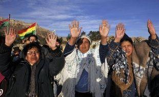 Bras levés, paumes ouvertes vers le ciel, les Indiens aymaras, première ethnie de Bolivie, ont célébré jeudi la nouvelle année de leur calendrier millénaire dans des sites sacrés, dont la Vallée de la Lune près de La Paz, au spectaculaire paysage sculpté par l'érosion.