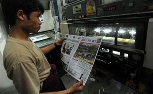 Ils sont seize à avoir la licence mais seuls quatre ont pour l'instant réussi à se lancer: les Birmans ont découvert lundi leurs premiers quotidiens privés, dans un pays où les réformes politiques redessinent chaque jour un peu plus le secteur de l'information.
