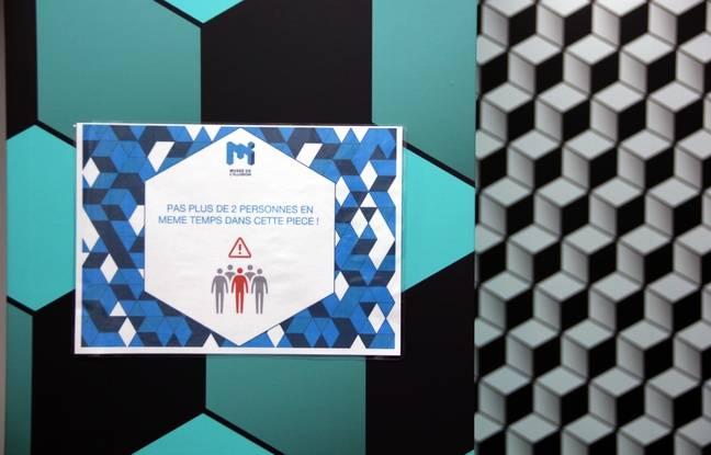 Un panneau avec des consignes contre le coronavirus au Musée de l'Illusion, à Paris, le 14 mai 2020.