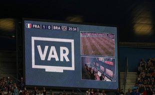 Utilisation du VAR lors de France-Brésil, en 8e de finale de la Coupe du monde.