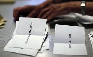 Dépouillement des votes du premier tour de l'élection présidentielle dans un bureau de vote parisien, le 23 avril 2017.