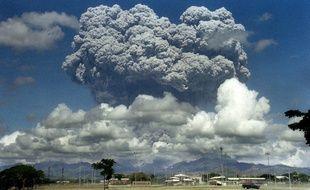 Un nuage géant issu de l'éruption volcanique du Mont Pinatubo, aux Philippines le 12 juin 1991