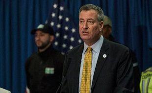 Le maire de New York Bill de Blasio a fait le dos rond vendredi, ignorant la polémique après que sa voiture eut été filmée grillant deux stops et roulant trop vite, alors qu'il avait annoncé mardi des mesures contre les chauffards.