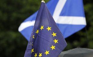 Des manifestants brandissent les drapeaux européen et écossais devant le parlement de l'Ecosse à Edimbourg, le 28 juin 2016.
