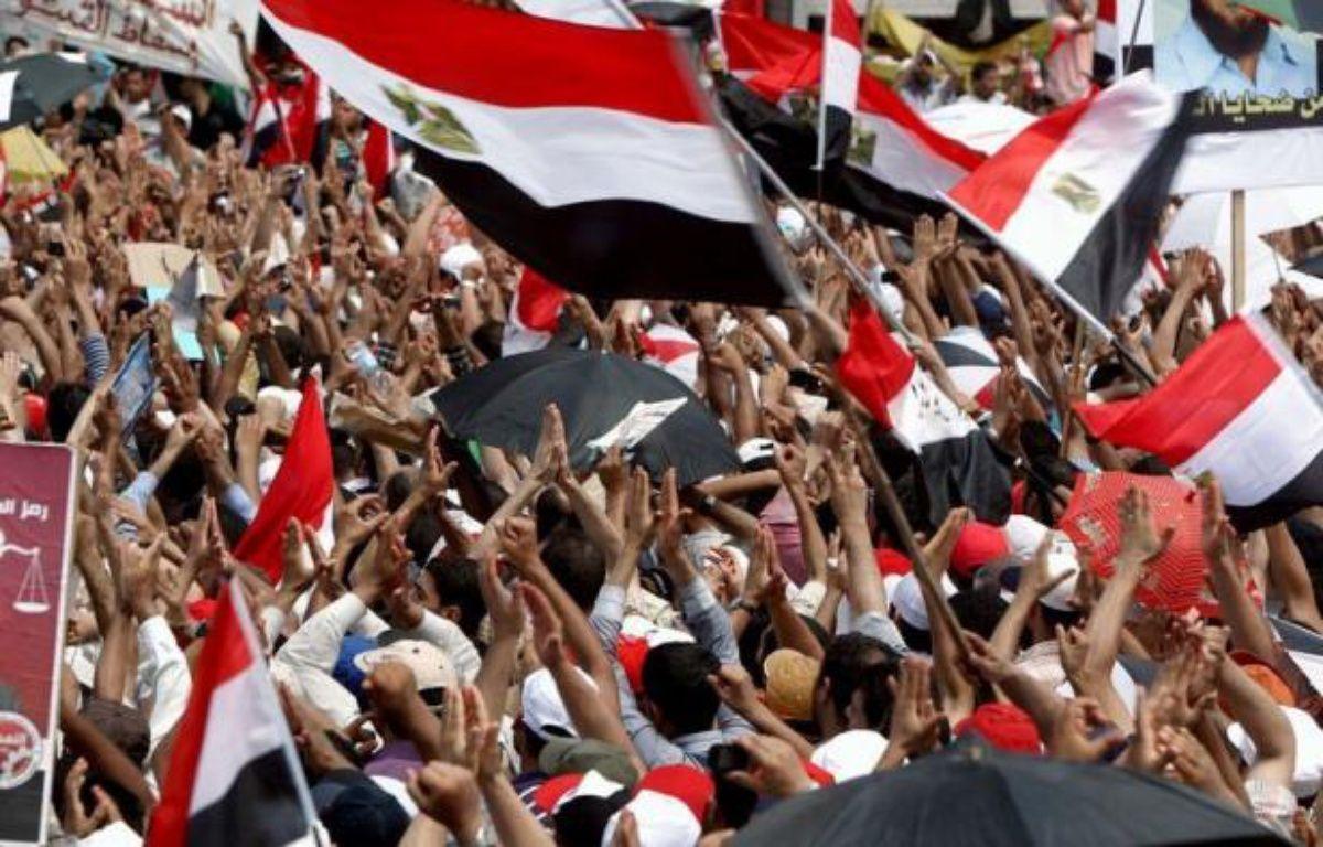 """L'Egypte va connaître vendredi une nouvelle journée de manifestations place Tahrir au Caire, à l'appel notamment des Frères musulmans qui ont menacé le pouvoir militaire d'une """"confrontation"""" si leur candidat Mohamed Morsi n'était pas reconnu vainqueur de la présidentielle. – Marwan Naamani afp.com"""