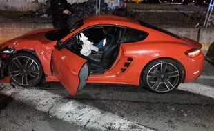La Porsche a aussi été très endommagée par le choc.