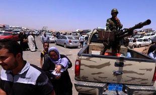 Des familles irakiennes fuient les violences et passent le barrage de Aski kalak à 40 km à l'ouest de Arbil, le 10 juin 2014