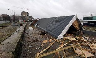 Dans la nuit du 21 décembre, les bureaux flottants ont été couchés par la tempête.