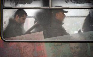 Des passagers sont assis le 2 décembre 2008 à Kiev dans un bus recouvert de reproductions de billets de la monnaie ukrainienne, la hryvnia