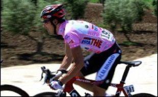 L'Italien Ivan Basso (CSC) a conforté sa position en tête du Tour d'Italie cycliste, dans la station alpestre de La Thuile, après la 13e étape enlevée samedi par son compatriote Leonardo Piepoli (Saunier Duval).