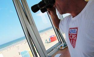 A Trouville-sur-Mer, trois CRS sécurisent la plage du 1er juillet au 31 août 2014.
