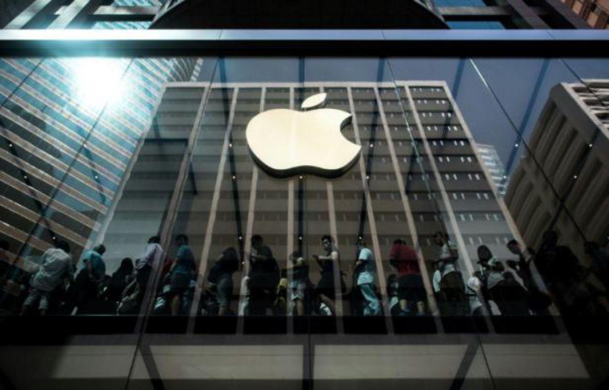 Des acheteurs font la queue à l'intérieur d'une boutique Apple à l'occasion du lancement des nouveaux iPhone 6 à Hong Kong, le 25 septembre 2015 – PHILIPPE LOPEZ AFP