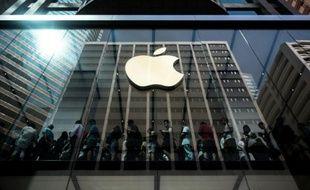 Des acheteurs font la queue à l'intérieur d'une boutique Apple à l'occasion du lancement des nouveaux iPhone 6 à Hong Kong, le 25 septembre 2015