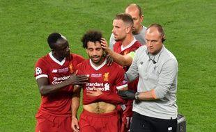 Mohamed Salah sort sur blessure lors de la finale de la Ligue des champions Real Madrid-Liverpool, le 26 mai 2018.
