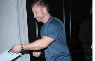 Une petit signature, Sean McVay ? L'entraîneur de l'équipe de foot américain des Los Angeles Rams a peut-être fait plaisir à un passant. L'occasion de voir que Sean est sans doute... gaucher