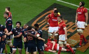 Les joueurs français célèbrent leur victoire sur le Pays-de-Galles dans le cadre du tournoi des Six Nations  au Stade de France à Saint-Denis, le 18 mars 2017.