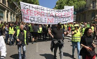 Des manifestants brandissent une banderole en mémoire à Zineb Redouane, touchée par une grenade lacrymogène en décembre à Marseille.
