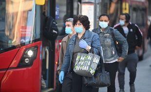 Les Anglais vont devoir porter un masque pour prendre les transports publics, mais pas pour entrer dans les commerces qui rouvrent au publie ce lundi 15 juin 2020.