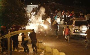 Jérusalem, le 23 juillet 2017. Des musulmans courent à l'une des entrées de l'esplanade des Mosquées après des heurts avec des policiers israéliens.