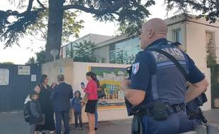 Marseille, le 9 septembre 2019. - Un policier devant l'école La Pauline où une cantinière a été agressée le 6 septembre 2019.