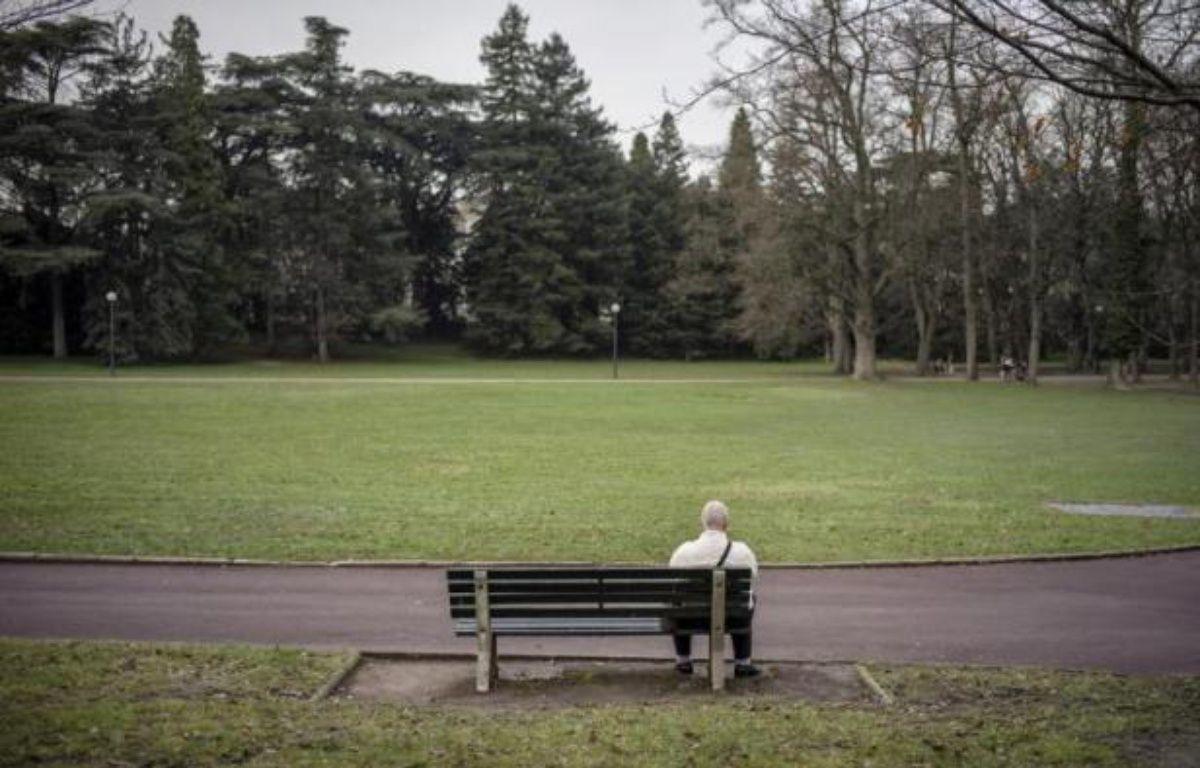 A l'autre extrémité, 24% des 75 ans et plus sont touchés par l'isolement, contre seulement 16% en 2010. – Jeff Pachoud AFP