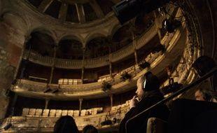 Un spectateur casqué au théâtre des Bouffes du Nord, à Paris