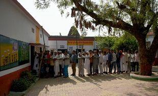 Les Indiens font la queue devant un bureau de vote de Kawaal, un village près de Muzaffarrnagar, au nord de l'Inde, le 11 avril 2019, pour les élections législatives.