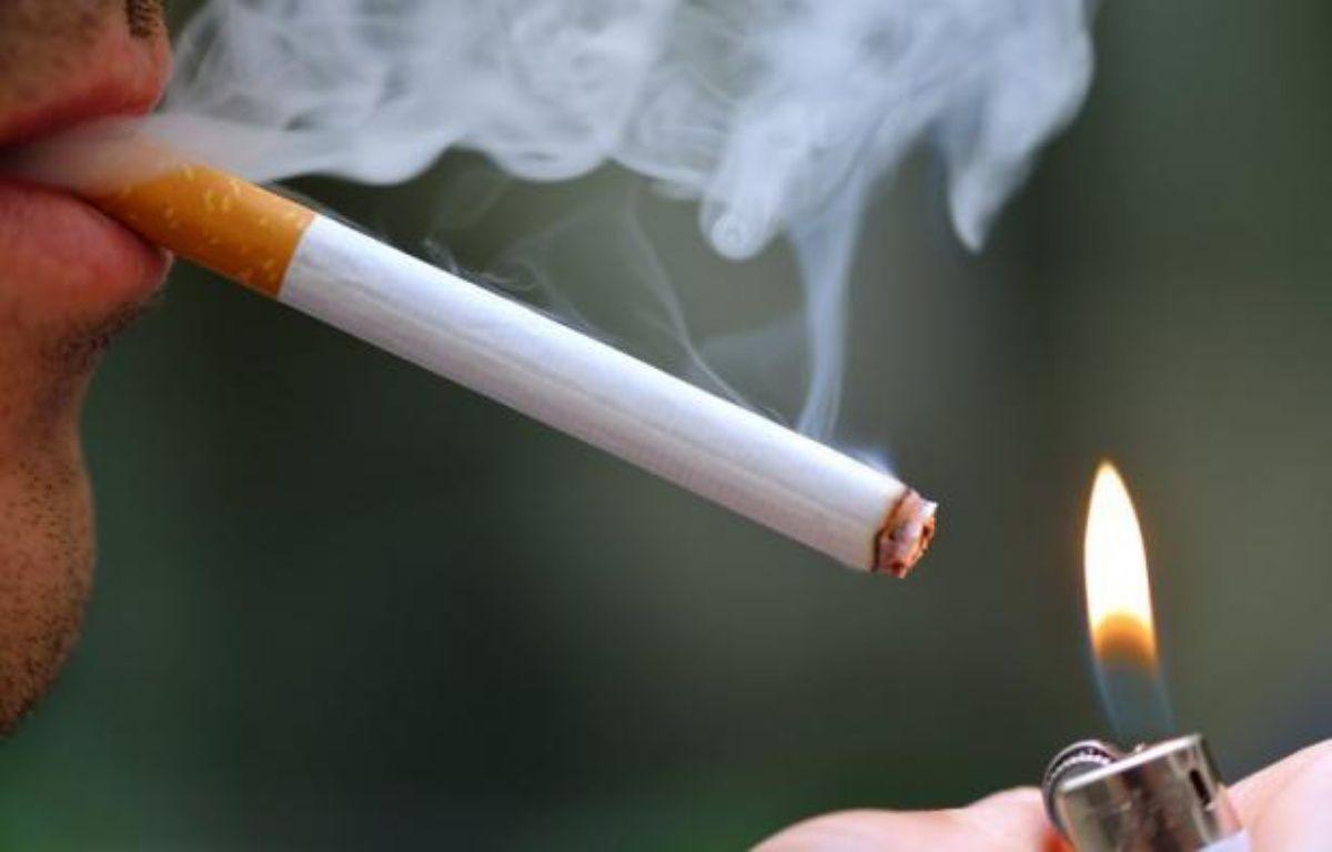 Les prix des paquets de cigarettes augmenteront de 40 centimes le 1er octobre, soit une hausse supérieure à 6%, a annoncé vendredi le ministre du Budget, Jérôme Cahuzac, ce qui portera les paquets les moins chers à 6,10 euros l'unité et les plus chers à 6,60 euros. – Eric Feferberg afp.com
