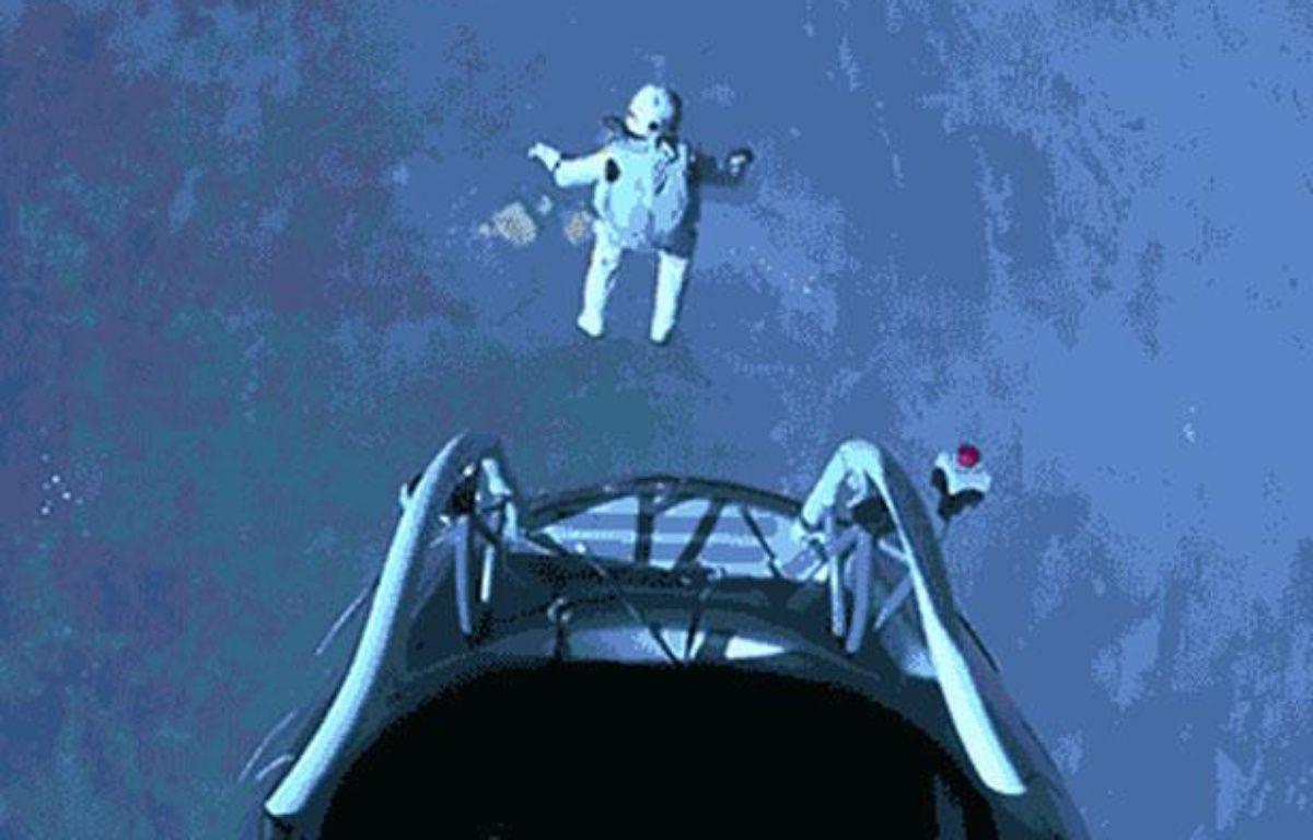 Felix Baumgartner se jette dans le vide, sans s'arrêter – Capture GIF