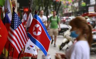 Des drapeaux vietnamien, américain et nord-coréen devant un magasin à Hanoi.