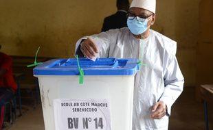 Le président malien, Ibrahim Boubacar Keita, votant lors du second tour des législatives le 19 avril 2020.